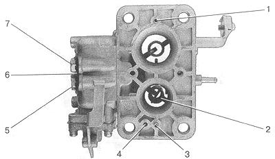 Рис. 12. Вид снизу на корпус карбюратора со снятой теплоизоляционной прокладкой